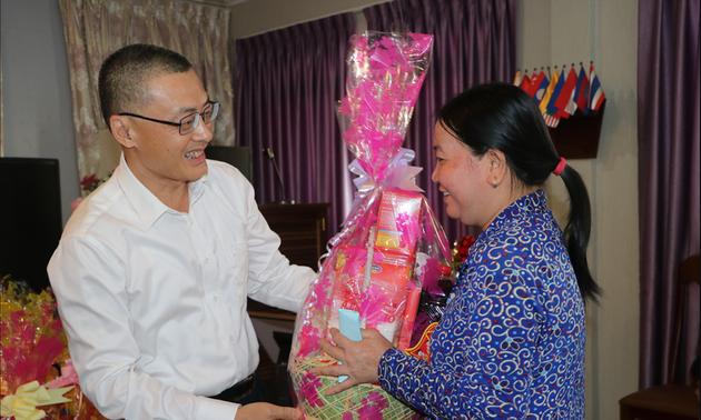 Trao tặng hàng nghìn suất quà Tết cho kiều bào tại Campuchia