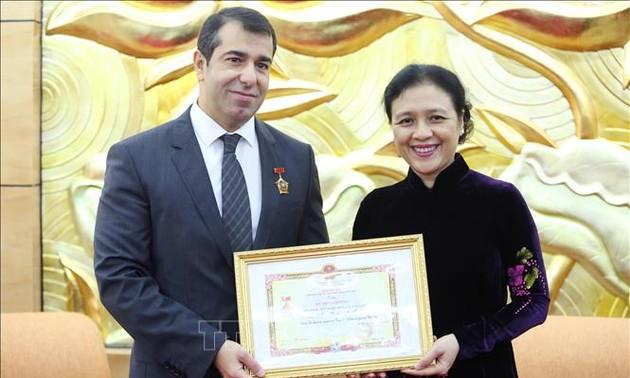 """Trao Kỷ niệm chương """"Vì hòa bình, hữu nghị giữa các dân tộc"""" tặng Đại sứ Azerbaijan tại Việt Nam"""