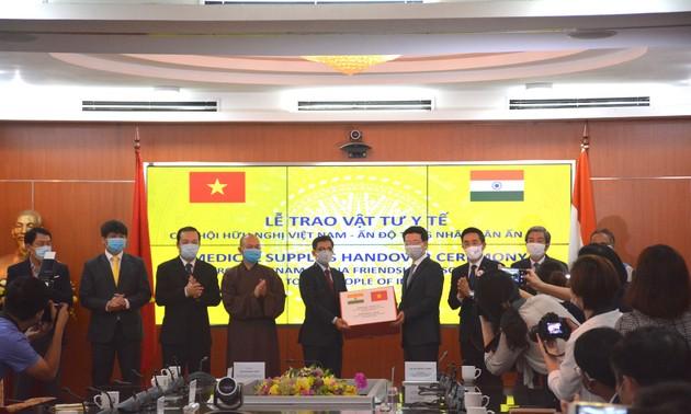 Việt Nam trao tặng thiết bị và khẩu trang y tế cho một số quốc gia
