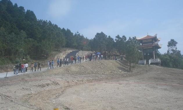 Десятки тысяч человек посетили могилу Во Нгуен Зяпа во время Тэта