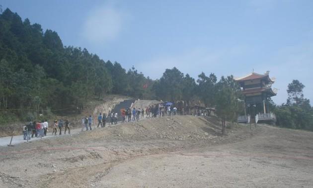 Посещение могилы Генерала армии Во Нгуен Зяпа в первые дни Нового года Лошади