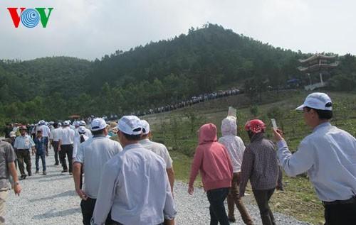 Многотысячная колонна посетила могилу генерала Во Нгуен Зяпа