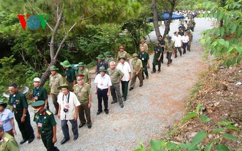 Тысячи людей посетили могилу генерала армии Во Нгуен Зяпа в первый день Нового года