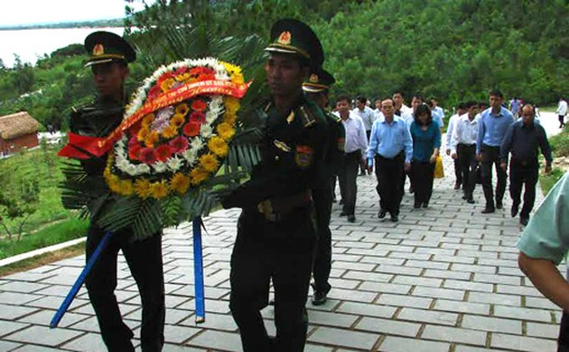 Глава Ревизионной комиссии ЦК КПВ посетил могилу генерала Во Нгуен Зяпа