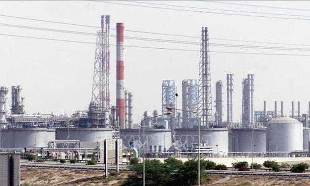 Страны ОПЕК+ договорились продлить сокращение добычи нефти на месяц
