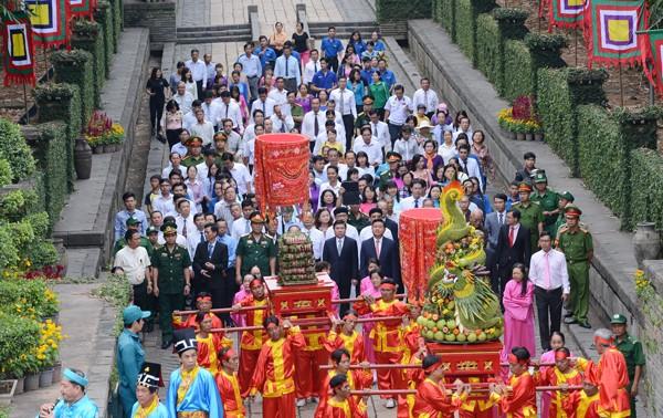 Offrandes de Banh Tet aux rois Hùng, fondateurs de la Nation