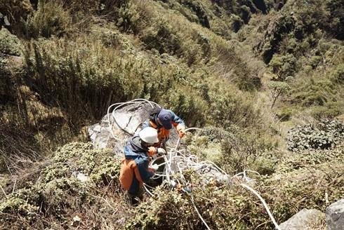 Đu dây nhặt rác quanh đỉnh Fansipan Sapa