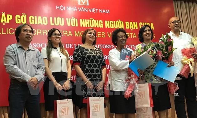 Các nhà văn Việt Nam gặp gỡ, giao lưu với những người bạn Cuba