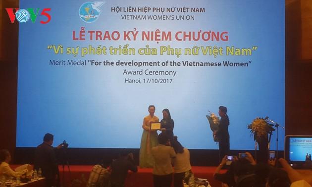 Trao kỷ niệm chương cho  Chủ tịch Hiệp hội các nhà doanh nhân và sáng tạo nữ thế giới