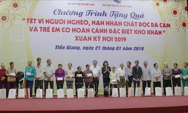 Phó Chủ tịch nước Đặng Thị Ngọc Thịnh thăm, tặng quà hộ nghèo, nạn nhân chất độc da cam/dioxin
