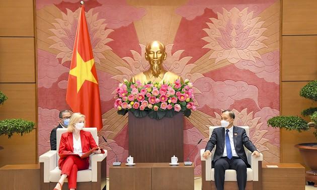 Chủ nhiệm Ủy ban Kinh tế của Quốc hội Vũ Hồng Thanh tiếp Bộ trưởng Thương mại quốc tế Vương quốc Anh