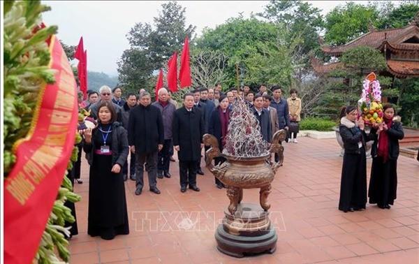 Phó Chủ tịch Quốc hội Phùng Quốc Hiển dâng hương tưởng niệm Chủ tịch Hồ Chí Minh tại ATK Định Hóa, Thái Nguyên