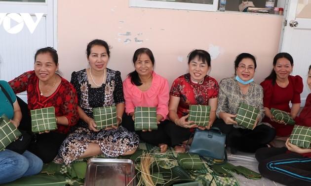 Cộng đồng Việt ở Campuchia chung vui gói bánh chưng, lưu giữ nét văn hóa cổ truyền dân tộc