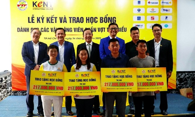 Trao học bổng cho 4 vận động viên quần vợt xuất sắc