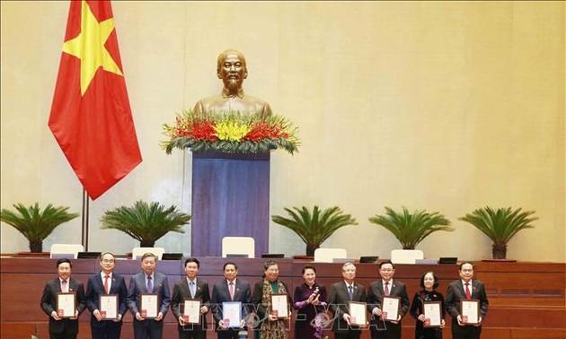 Trao tặng Kỷ niệm chương hoạt động Quốc hội cho các đại biểu Quốc hội