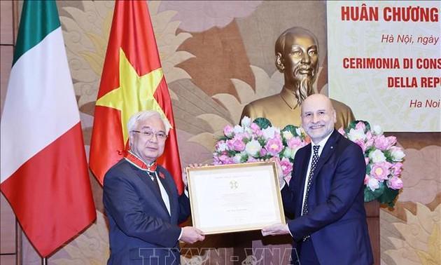 Tiến sĩ Phan Thanh Bình nhận Huân chương Công trạng Italia