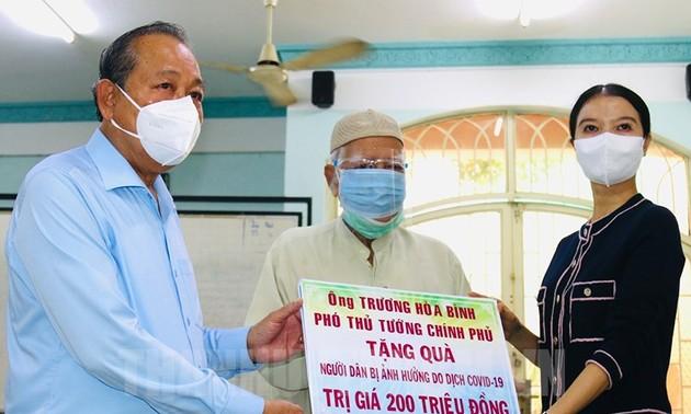 Phó Thủ tướng Trương Hòa Bình tặng quà đồng bào Chăm tại Thành phố Hồ Chí Minh