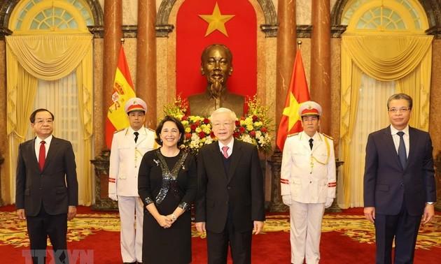เลขาธิการใหญ่พรรค ประธานประเทศเหงวียนฟู้จ่องให้การต้อนรับเอกอัครราชทูตที่เข้ายื่นสาส์นตราตั้ง