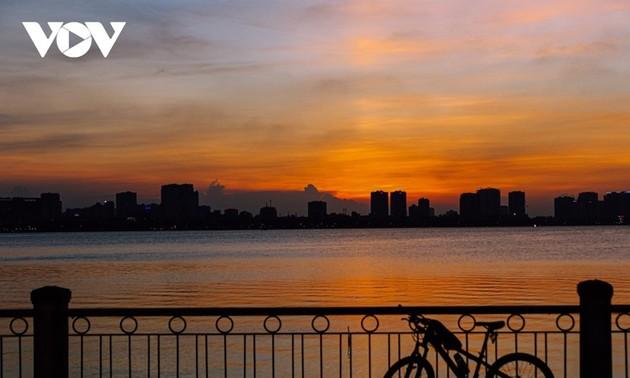 ทะเลสาบตะวันตกในกรุงฮานอยยามอาทิตย์อัสดง
