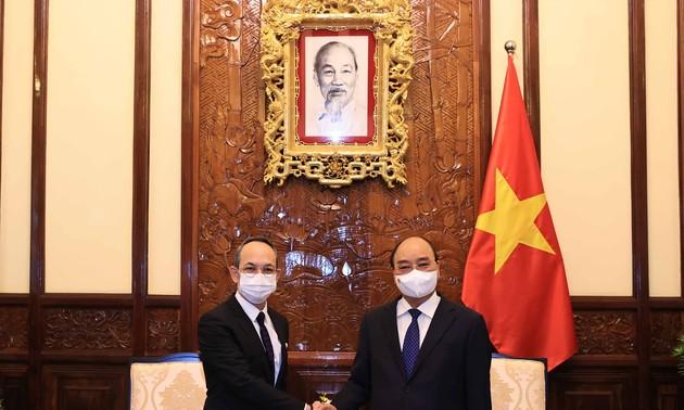 ประธานประเทศเหงวียนซวนฟุกให้การต้อนรับบรรดาเอกอัครราชทูตที่เข้ายื่นสาสน์ตราตั้ง