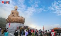 Selar Raja Buddhis Tran Nhan Tong di gunung suci Yen Tu