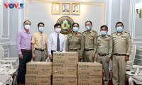 Đại sứ quán Việt Nam trao tặng vật tư y tế Tổng cục di trú Campuchia