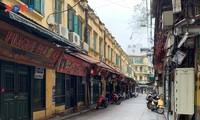 Hàng loạt cửa hàng ở Phố cổ Hà Nội đóng cửa vì dịch COVID-19
