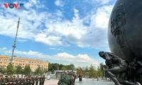 Đoàn Quân đội nhân dân Việt Nam dâng hoa tại tượng đài Chủ tịch Hồ Chí Minh tại Moscow