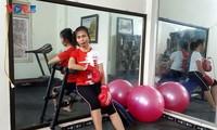 Người Hà Nội lạc quan tập luyện thể thao tại nhà chống dịch Covid-19