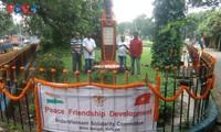 Lễ đặt hoa chào mừng Quốc khánh 2/9 tại Tượng đài Chủ tịch Hồ Chí Minh ở thành phố Kolkata, Ấn Độ