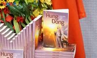 """Tiểu thuyết """"Hừng Đông"""" của tác giả Nguyễn Thế Kỷ, Tổng Giám đốc Đài TNVN. Ảnh: Thanh Tuấn/VOV5"""