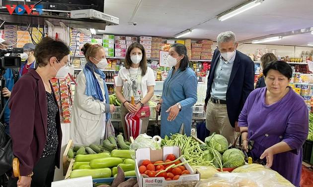 向各国驻捷克外交代表机构介绍越南文化