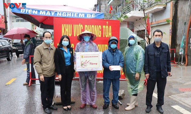 Quang Ninh Fatherland Front offers Tet gifts to those on duty in the fight against Covid-19