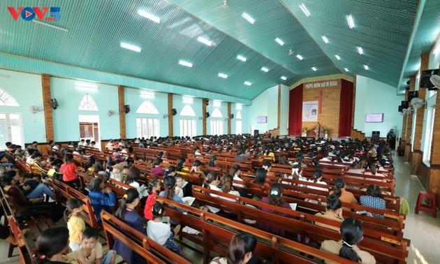 快適に暮らすプレイモヌ村のプロテスタント信徒たち