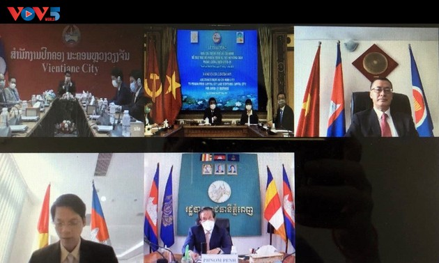 Thành phố Hồ Chí Minh trao quà hỗ trợ thủ đô Phnom Penh và Vientian