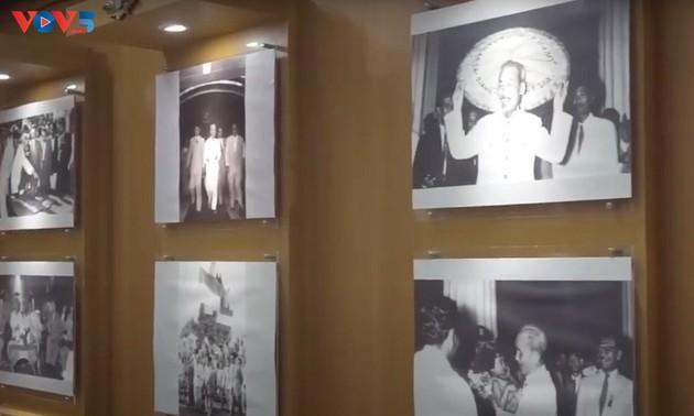 Hình ảnh Bác Hồ tại Tượng đài Đấu tranh Nhân dân Indonesia của Bali. - Ảnh: Hương Trà/VOV - Indonesia