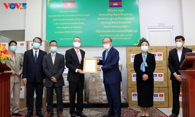 Bàn giao trang thiết bị y tế Việt Nam tặng chính phủ và nhân dân Campuchia