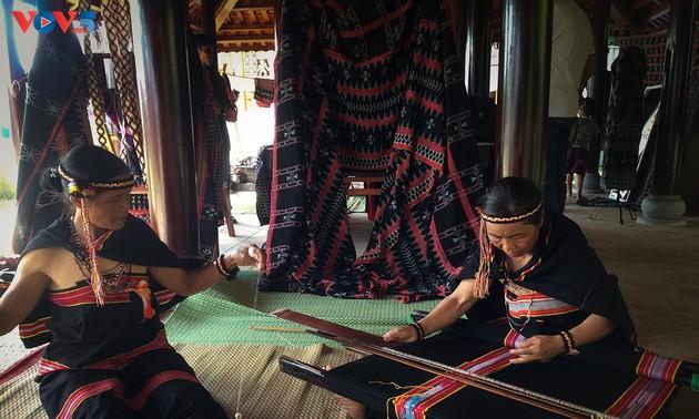 Gìn giữ và phát huy nghề dệt Zèng truyền thống ở A Lưới