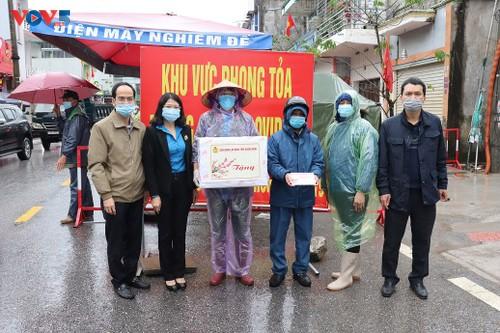 Les autorités de Quang Ninh offrent des cadeaux aux ouvriers et aux forces anti-Covid-19 - ảnh 1