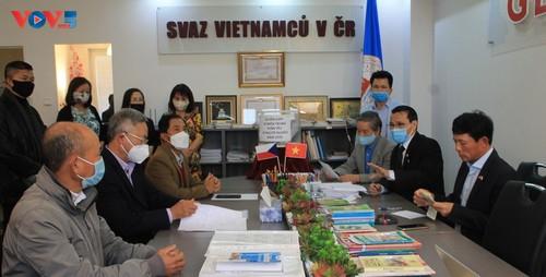 Người Việt Nam tại CH Czech và Ba Lan phát động ủng hộ đồng bào miền Trung - ảnh 2