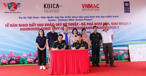 Bàn giao đất sau rà phá bom mìn cho tỉnh Bình Định - ảnh 1