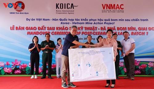 Bàn giao đất sau rà phá bom mìn cho tỉnh Bình Định - ảnh 2