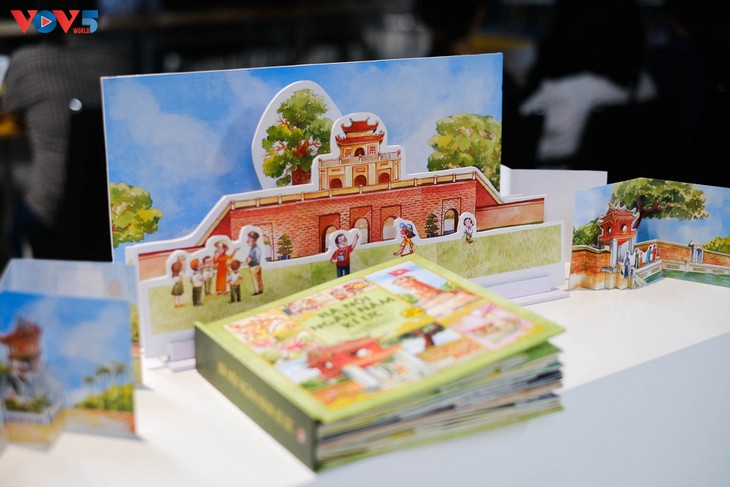 Khám phá danh thắng của Hà Nội với sách tranh 3D - ảnh 2