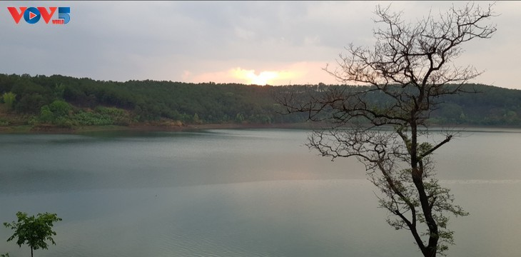 中部高原地帯プレイク市の大湖の探検 - ảnh 2