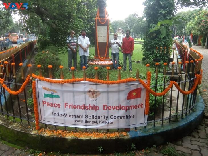 Blumenniederlegung am Denkmal von Präsident Ho Chi Minh im indischen Kolkata zum Nationalfeiertag Vietnams - ảnh 1