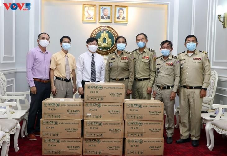 Đại sứ quán Việt Nam trao tặng vật tư y tế Tổng cục di trú Campuchia - ảnh 1