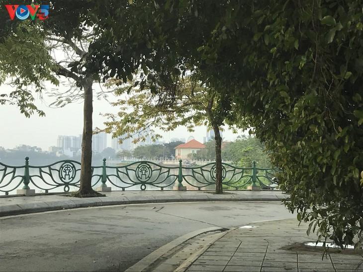 Спокойный и тихий Ханой во время социального дистанцирования - ảnh 5