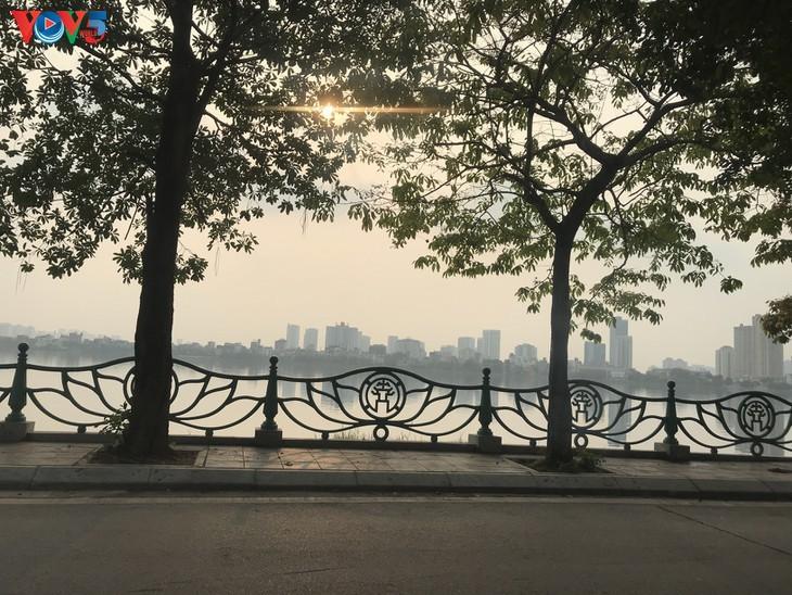 Спокойный и тихий Ханой во время социального дистанцирования - ảnh 6