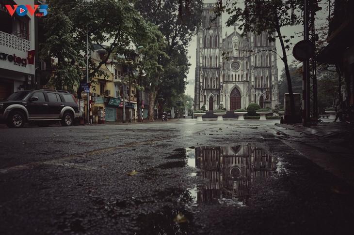 Quang cảnh Hà Nội đẹp thanh vắng trong những ngày tháng cách ly xã hội  - ảnh 7