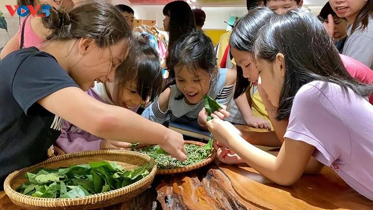 Các em nhỏ tìm hiểu về lụa đũi truyền thống Việt - ảnh 6
